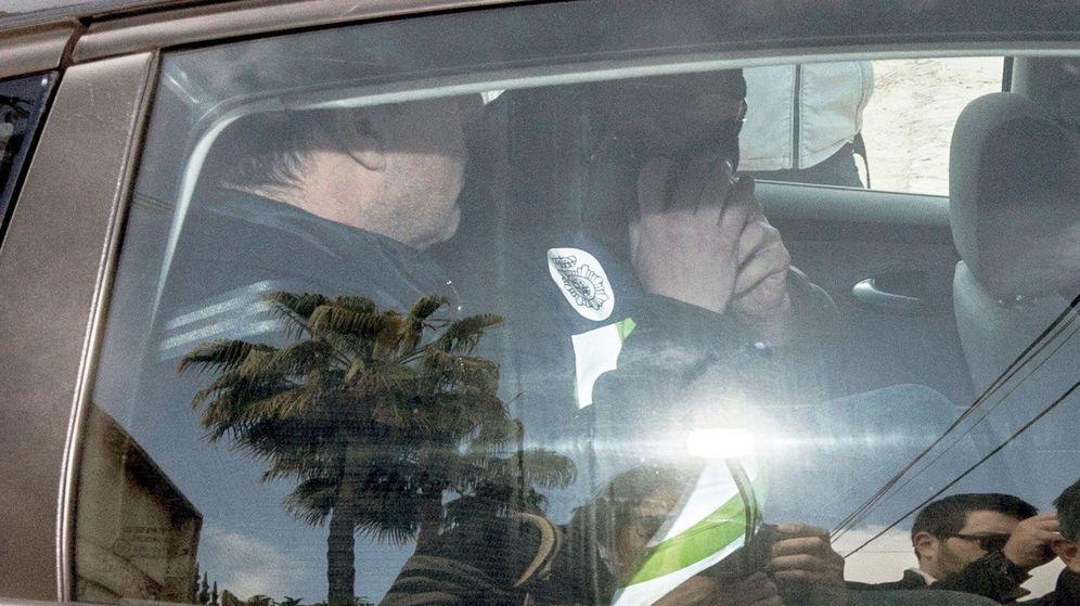 Foto: El consejero delegado del Cádiz CF, Quique Pina, exjugador, empresario y agente de futbolistas, es trasladado por agentes de la Policía Nacional tras ser detenido. (EFE)