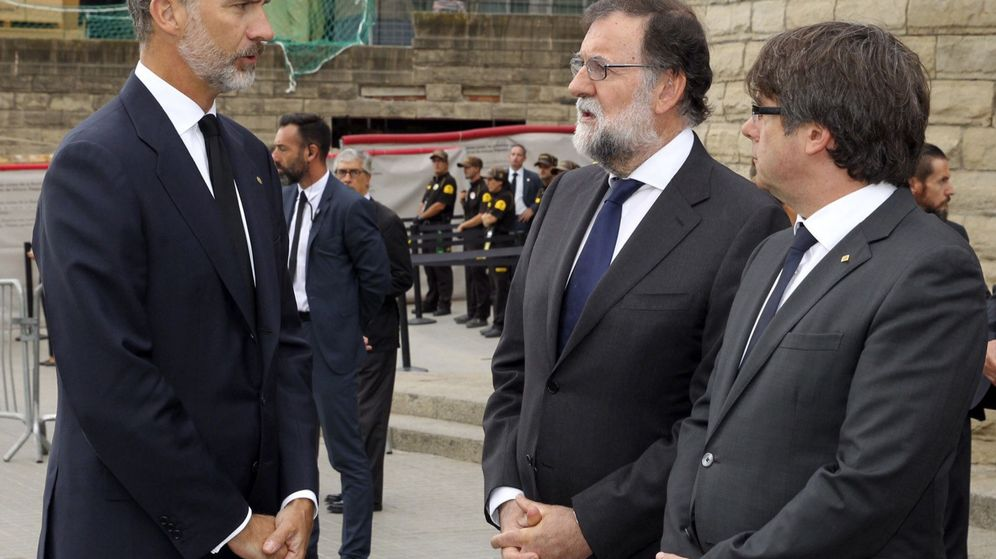 Foto: Felipe VI (i) habla con el presidente del Gobierno, Mariano Rajoy (c), y el presidente de la Generalitat de Cataluña, Carles Puigdemont, a su llegada a la basílica de la Sagrada Familia. (EFE)