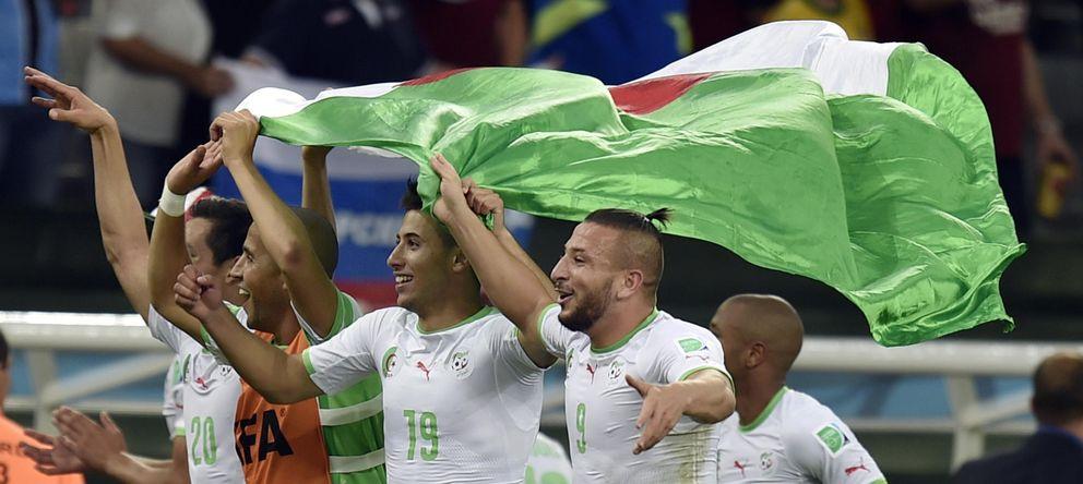 Foto: Varios jugadores de Argelia celebran la histórica clasificación a octavos de final (EFE)