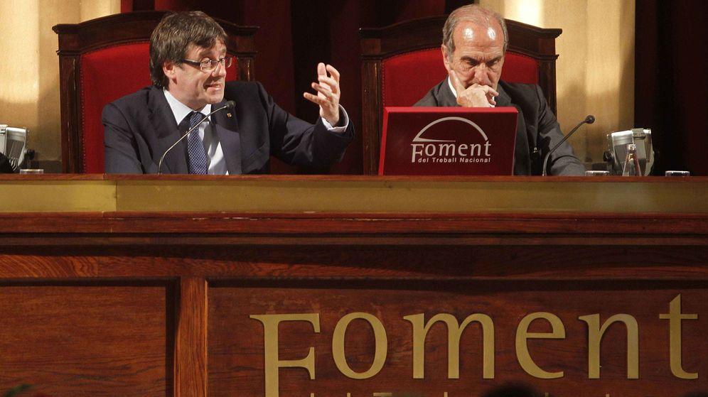 Foto: El presidente de la Generalitat, Carles Puigdemont (d), junto al presidente de Foment del Treball, Joaquim Gay de Montellà