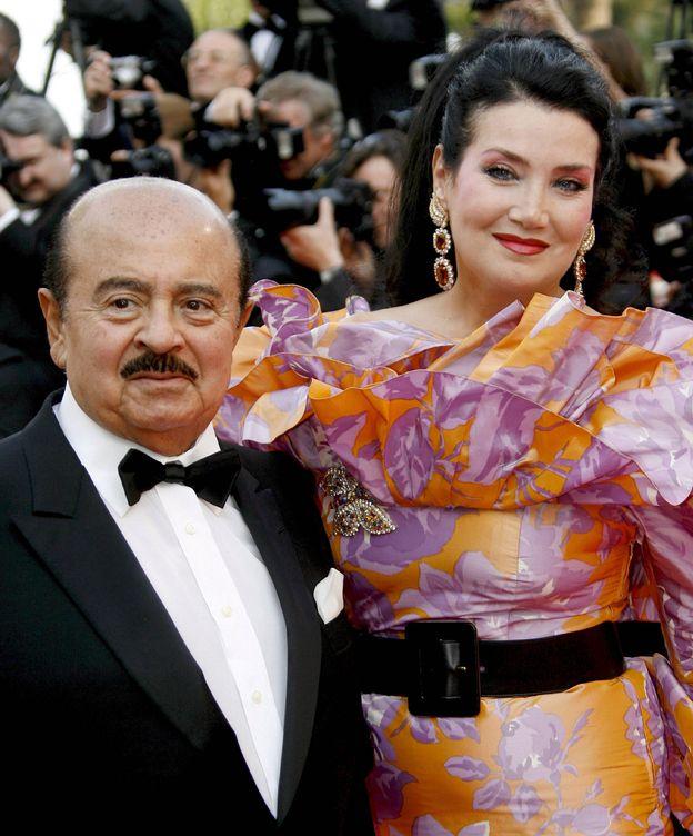 Foto: El multimillonario saudí Adnan Khashoggi posa junto a su esposa. (EFE)