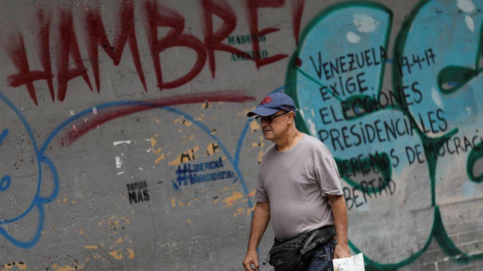 Foto: Un hombre pasa por delante de una pintada en Caracas, el 3 de agosto de 2017. (Reuters)