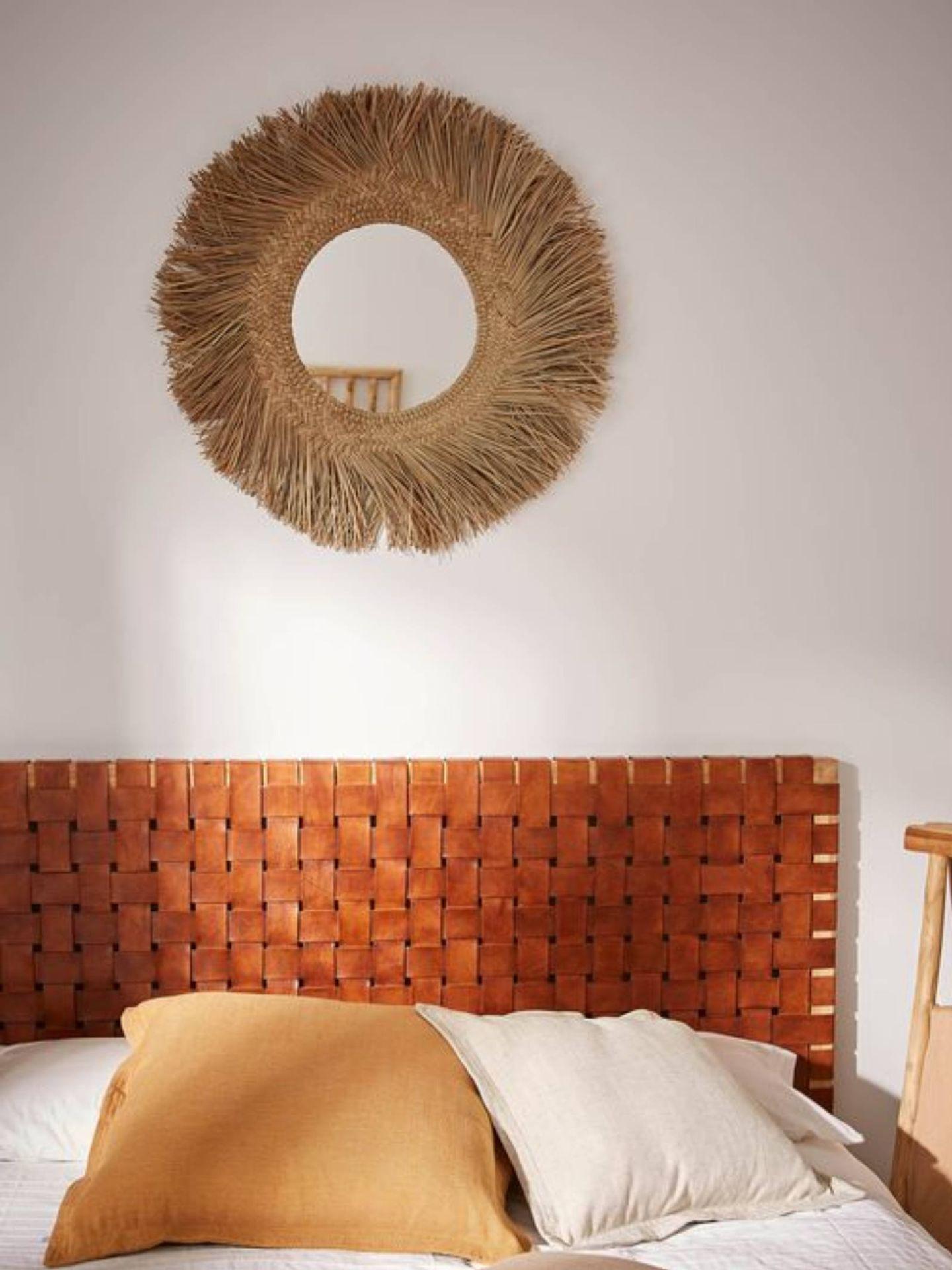Apuesta por los espejos redondos de fibras naturales como este de Kave Home. (Cortesía)