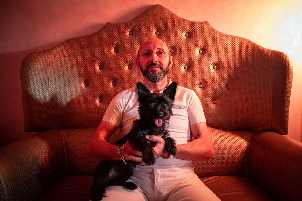 Foto: Ginés Jesús Hernández, expapa de la Orden Palmariana, junto a su perra Bimba. Foto Fernando Ruso