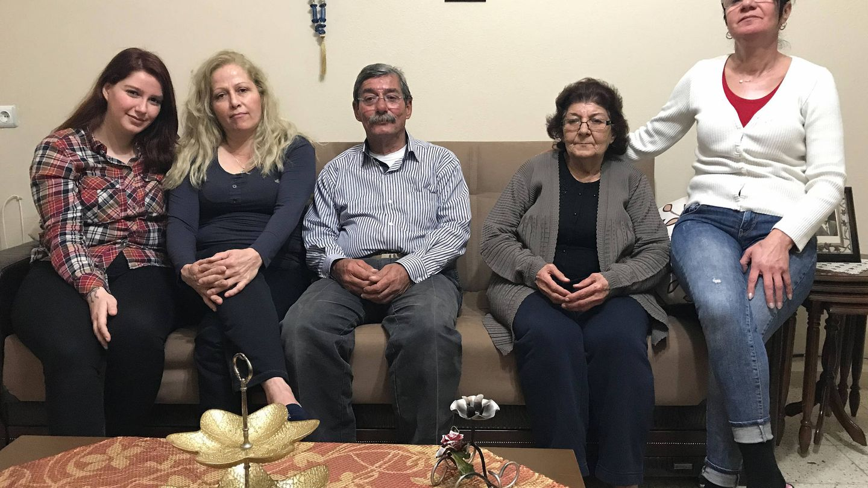 Feyzullah Aldirma rodeado de su familia: su hija y su mujer, su madre, Birsen Aldirma, y su hermana. (Onur Çakir)