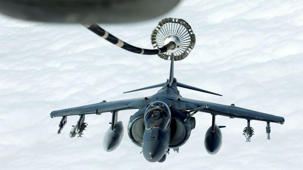 Foto: Un Harrier AV-8B repuesta en vuelo durante una misión de bombardeo de la coalición internacional contra el ISIS, en marzo de 2017. (Reuters)