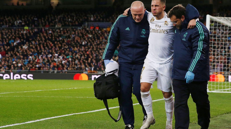 Hazard se retira lesionado en el partido contra el Paris Saint Germain. (Efe)