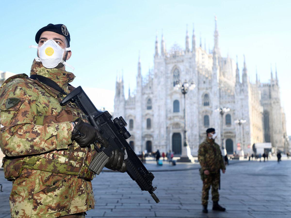 Foto: Militares en el Duomo en Milán, hoy (Reuters)