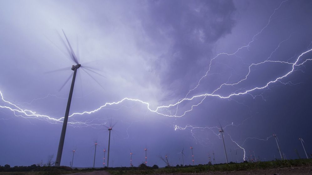 Foto: Foto de archivo de rayos sobre un parque eólico durante una tormenta eléctrica. (EFE)
