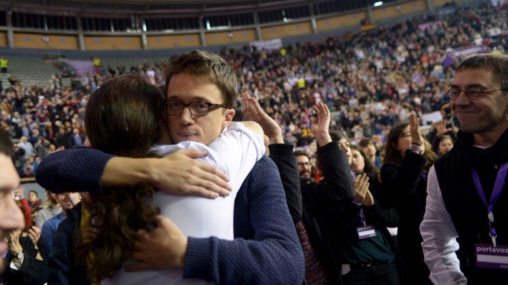 Foto: Pablo Iglesias e Íñigo Errejón se abrazan durante la celebración de Vistalegre II