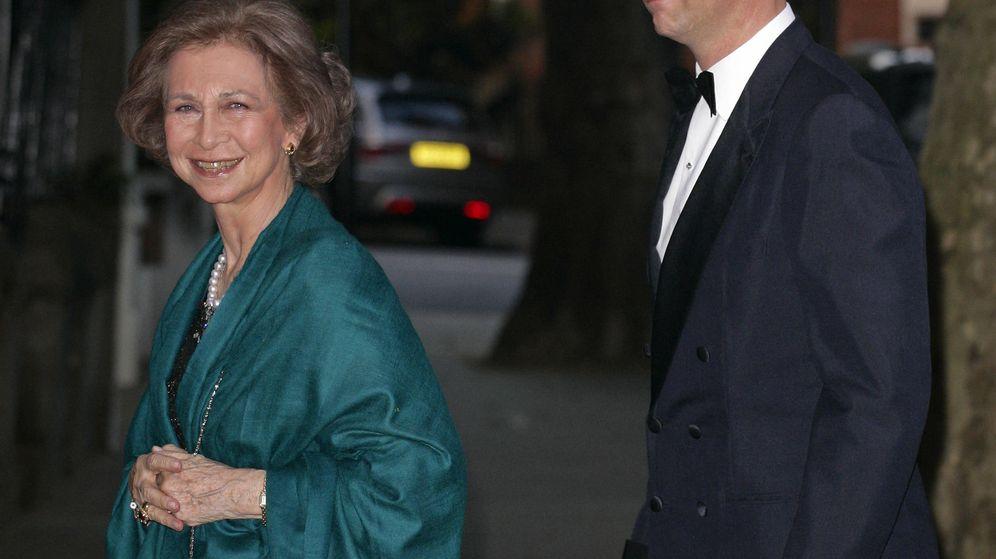 Foto: La reina Sofía y su hijo, en la fiesta del 70º cumpleaños de Constantino de Grecia. (Getty)