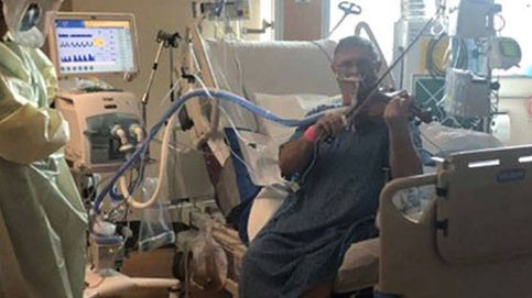 Un paciente intubado toca el violín para dar las gracias