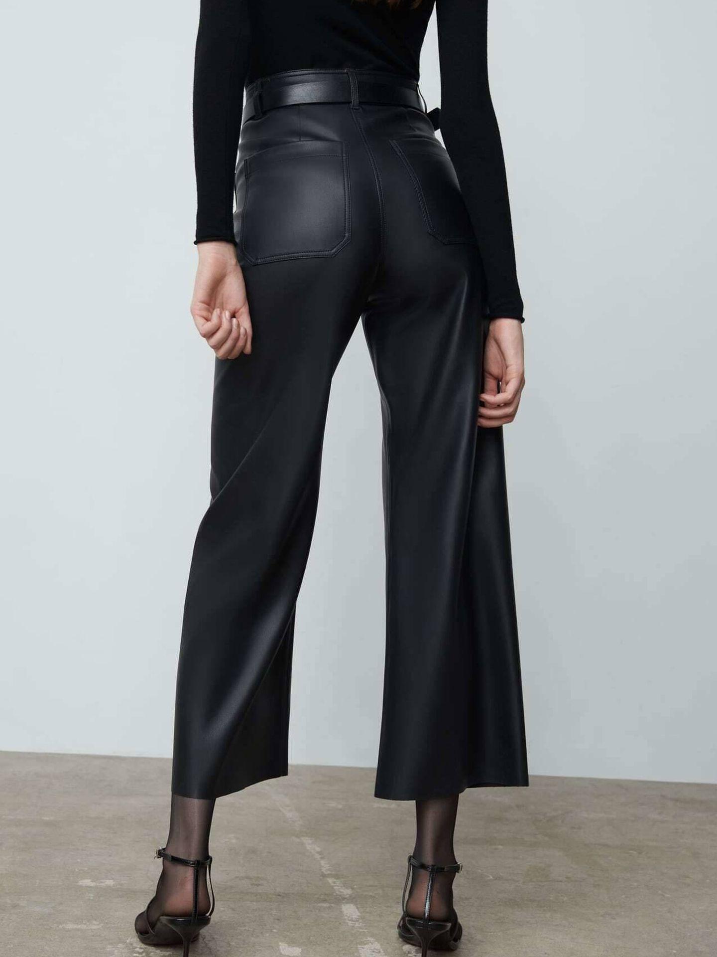El pantalón efecto cuero de Zara. (Cortesía)