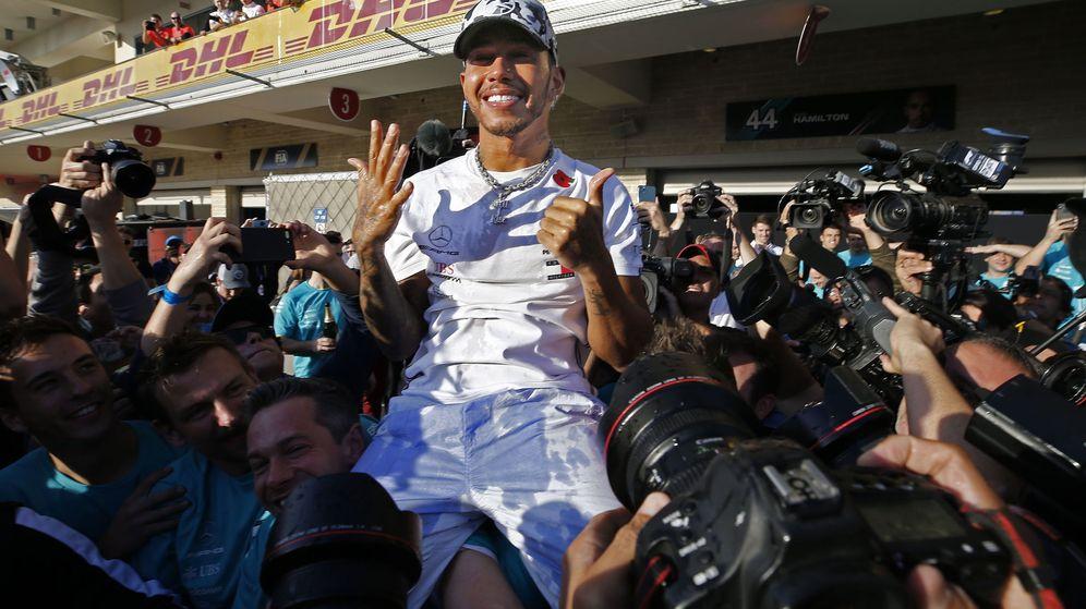 Foto: Lewis Hamilton celebra su sexto título mundial en Estados Unidos. (EFE)