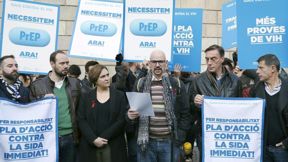 Foto: La alcaldesa de Barcelona, Ada Colau, junto a los miembros del colectivo Gays contra el VIH. (EFE)