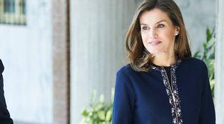 Letizia y sus apaños: los arreglillos de la Reina a su chaqueta de Carolina Herrera