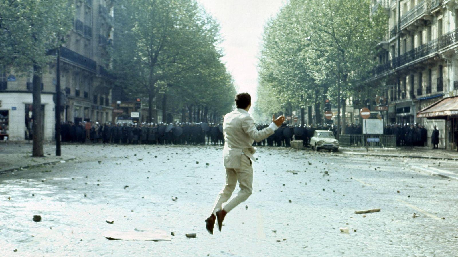 Foto: Un manifestante arroja un adoquín contra la policía en París el 6 de mayo de 1968. (Georges Melet/Paris Match/Getty Images)