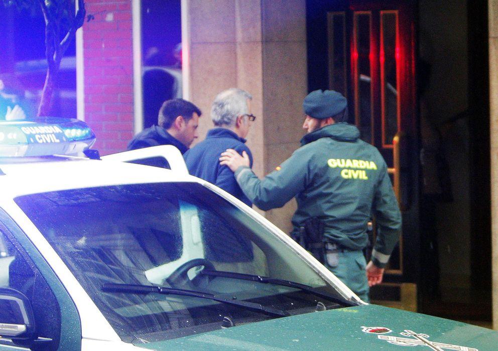 Foto: La Guardia Civil lleva a Basterra a su domicilio (Efe)