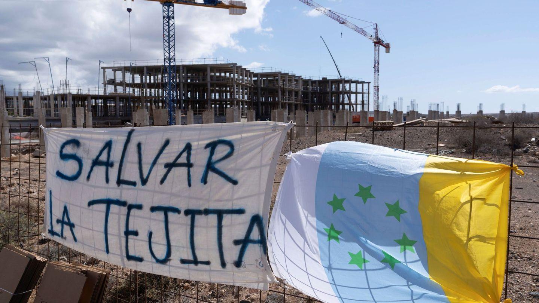 Ecologistas subidos a una grúa tratan de detener una obra en Tenerife. (EFE)