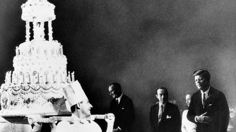 JFK, frente a su enorme tarta de cumpleaños. (CP)