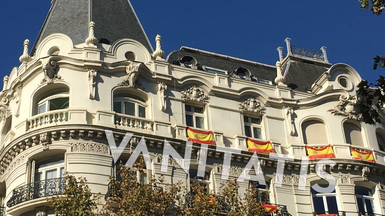 Banderas de España colgadas en los balcones del ático de Marta Ortega. (Vanitatis)