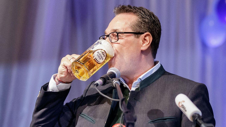 Foto: El vicecanciller austríaco, Heinz-Christian Strache, bebe a la salud del FPÖ. (EFE)