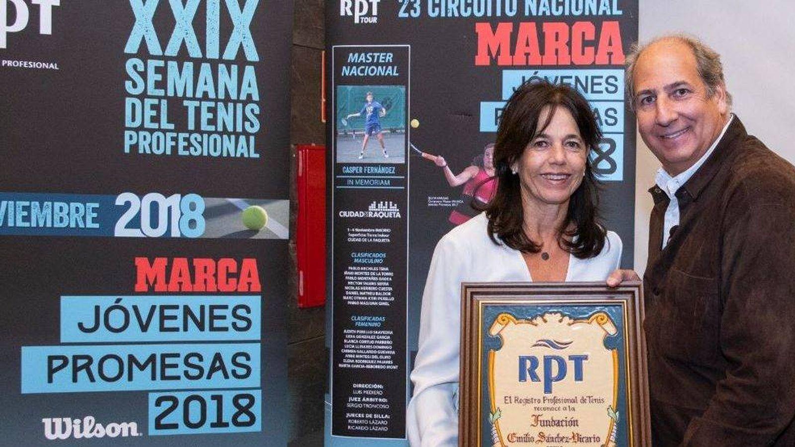 Foto: Marisa Sánchez Vicario recoge un premio en nombre de su hermano Emilio. (Fundación Sánchez Casal)