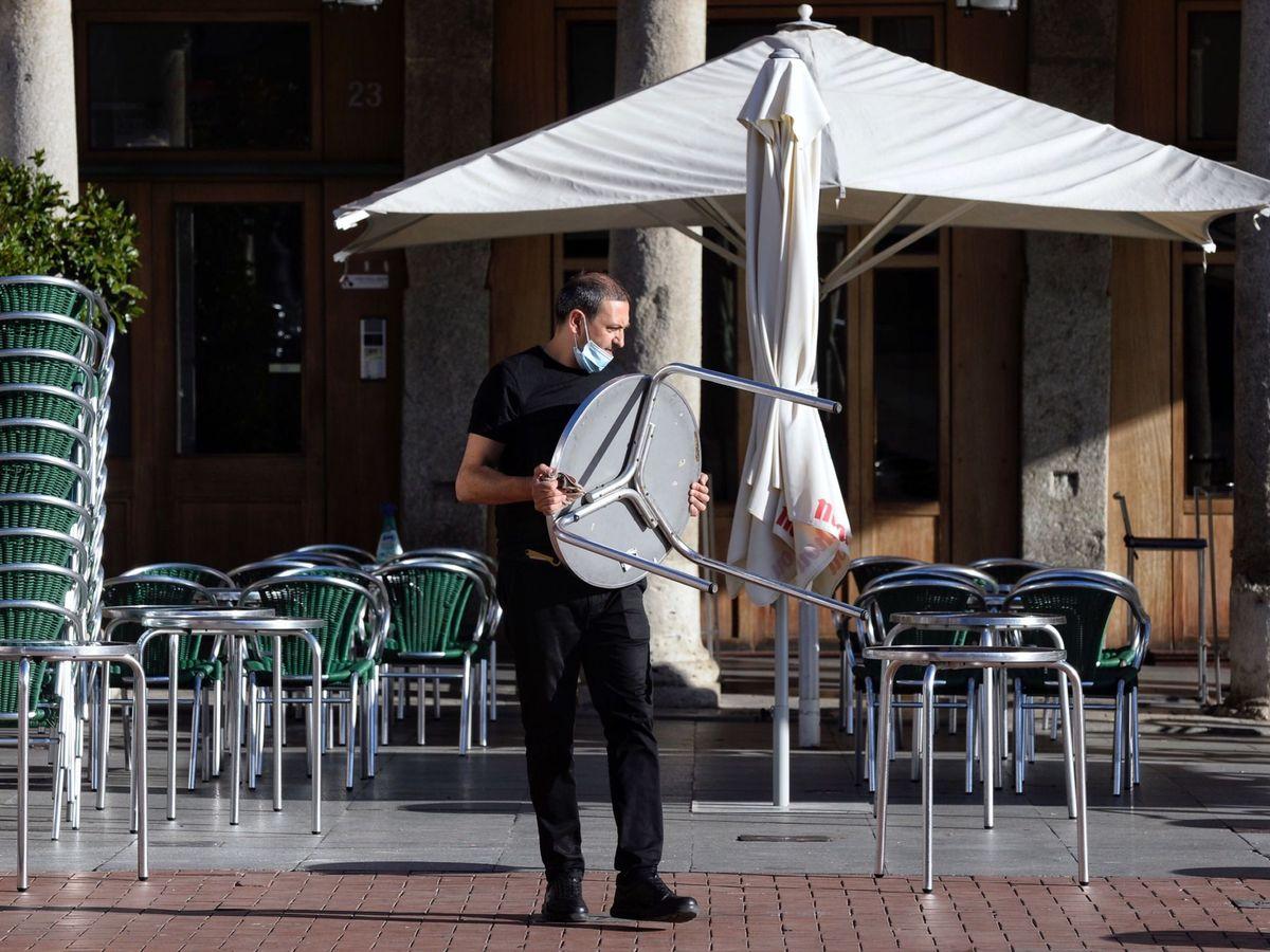 Foto: Un camarero, en una terraza de Valladolid durante el mes de agosto. (EFE)