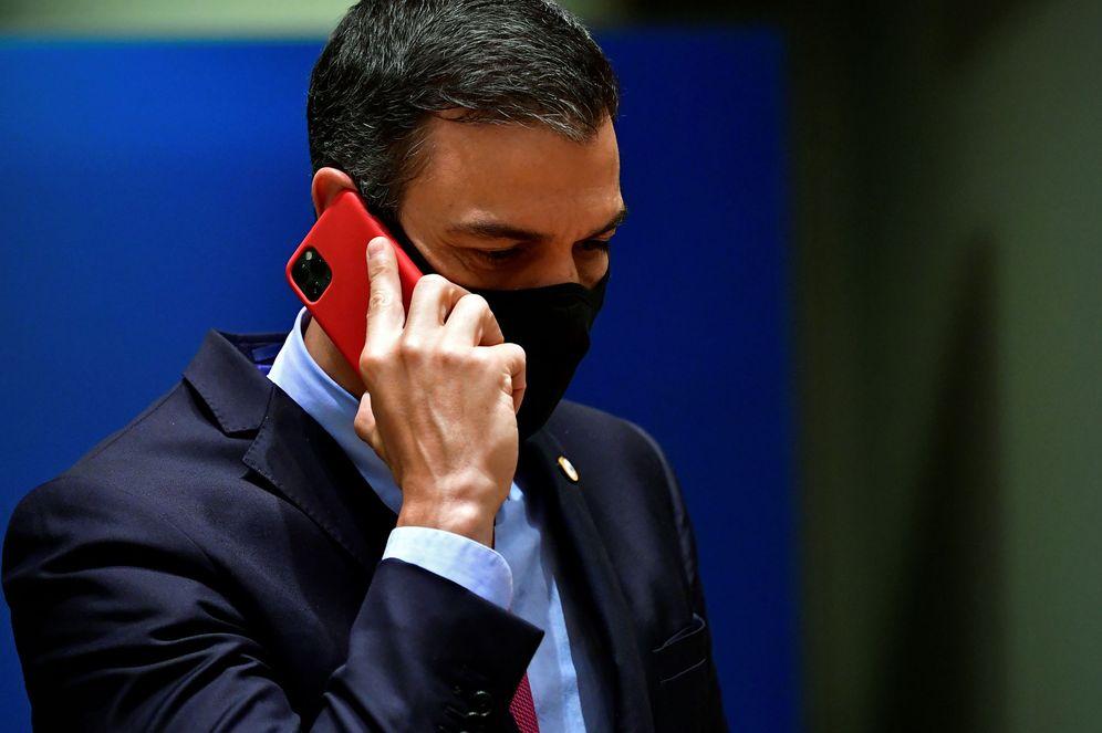 Foto: Pedro Sánchez conversa al teléfono durante la cuarta jornada del Consejo Europeo, en Bruselas, este 20 de julio. (Reuters)