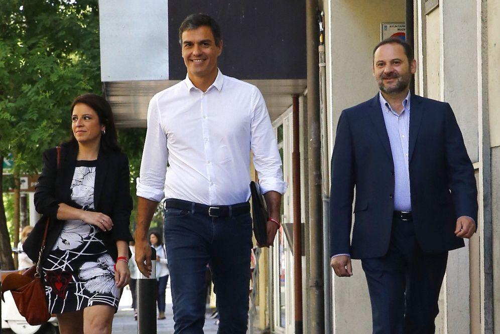 Foto: Pedro Sánchez, acompañado de Adriana Lastra y José Luis Ábalos, el pasado 24 de mayo llegando a Ferraz. (EFE)