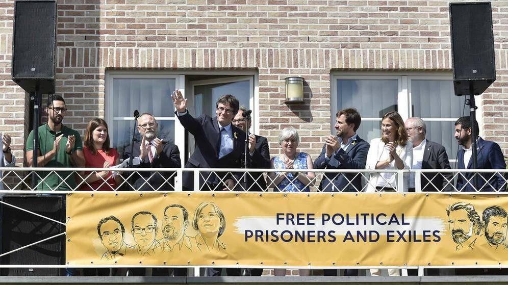 Foto: Carles Puigdemont, en el balcón de su casa, en un acto político el año pasado. (Reuters)