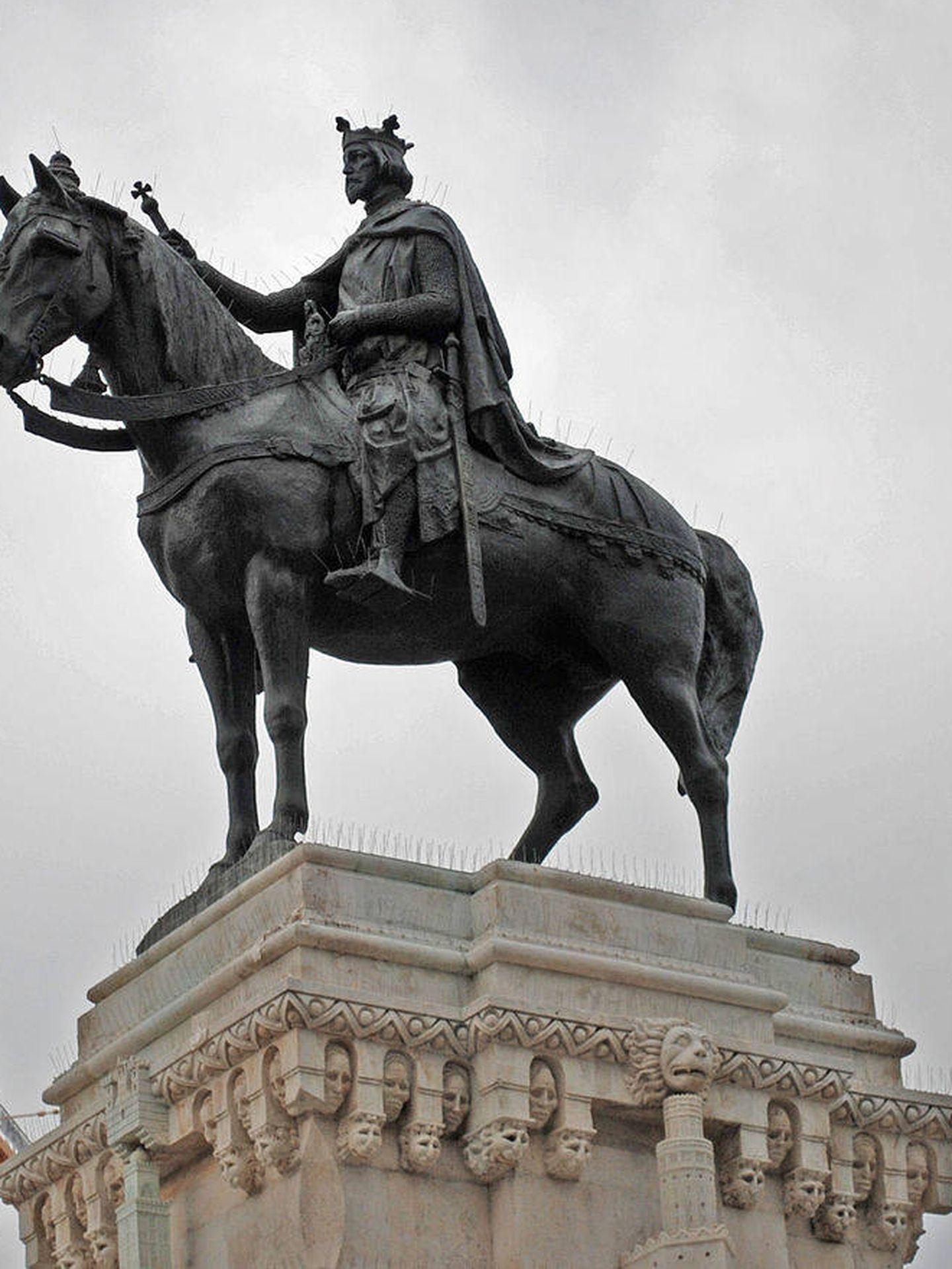 Estatua ecuestre del monarca en el monumento situado en la Plaza Nueva de Sevilla, realizado en la década de 1920. Obra de Joaquín Bilbao Rodríguez. (CC)