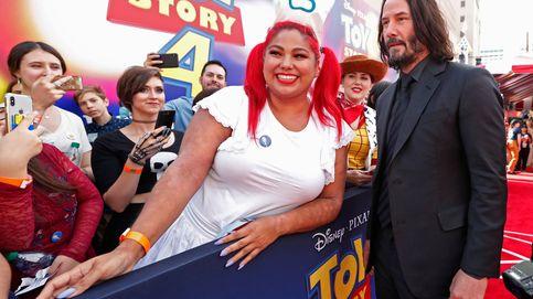 Debate en las redes por la mano flotante de Keanu Reeves en sus fotos con mujeres