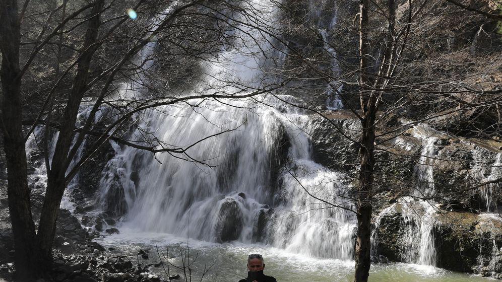 Foto: Los turistas toman cada vez más riesgos para hacerse selfies en lugares emblemáticos (Reuters/Yiannis Kourtoglou)
