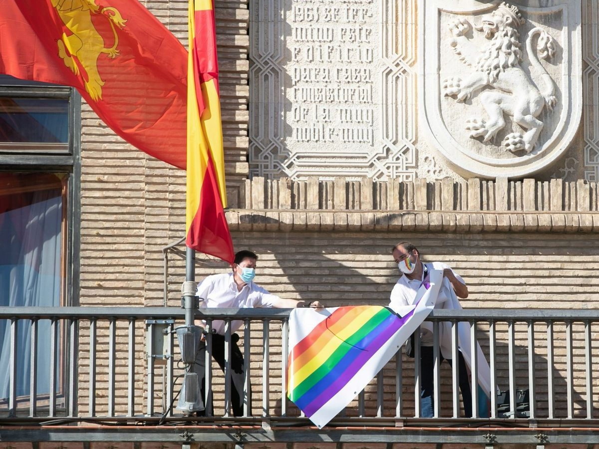 Foto: Trabajadores del Ayuntamiento de Zaragoza retiran la pancarta LGTBI. (EFE)