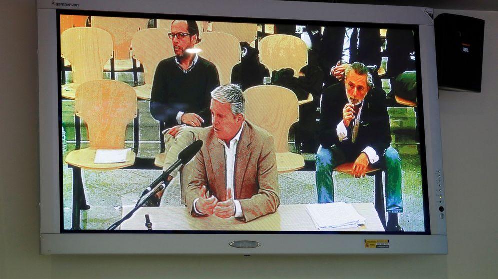 Foto: Vista desde un monitor de la sala de prensa de la Audiencia Nacional de la declaración de Pablo Crespo. (EFE)