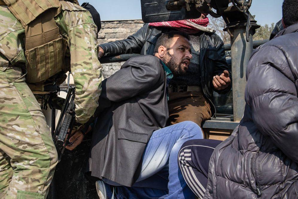 Foto: Varios hombres son detenidos por las fuerzas de seguridad iraquíes, acusados de ser miembros del ISIS (H. Passarello)