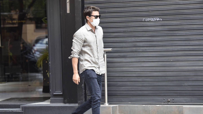 Álex González, paseando por las calles de Madrid. (Foto: Contacto)
