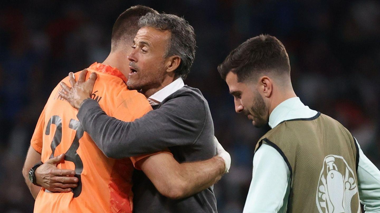 Luis Enrique abraza a Unai Simón tras la fatídica tanda de penaltis. (EFE)