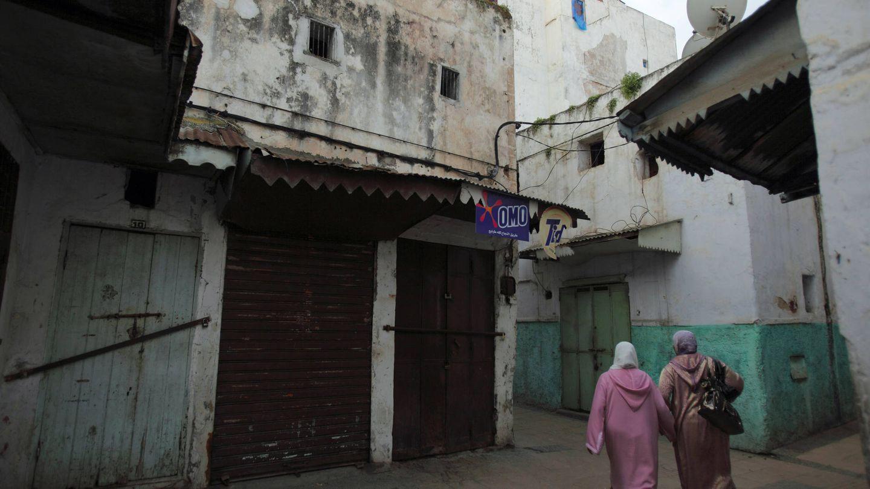 Dos mujeres caminan por una calle de la Medina de Rabat. (Reuters)