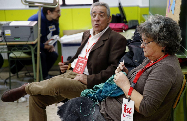 Dos interventores durante las elecciones generales de 2015 en España. (Efe)