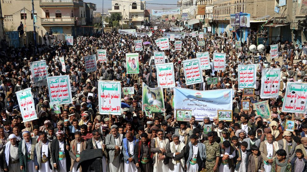 Foto: Simpatizantes de la insurgencia huthí en Saada, Yemen, el 5 de febrero de 2018. Las pancartas dicen: Alá es grande, muerte a América, muerte a Israel, malditos sean los judíos, victoria para el Islam. (Reuters)