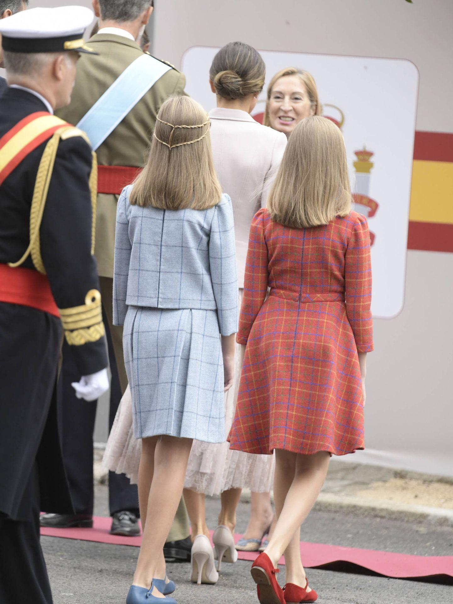 Detalle de las niñas de espaldas. (Reuters)