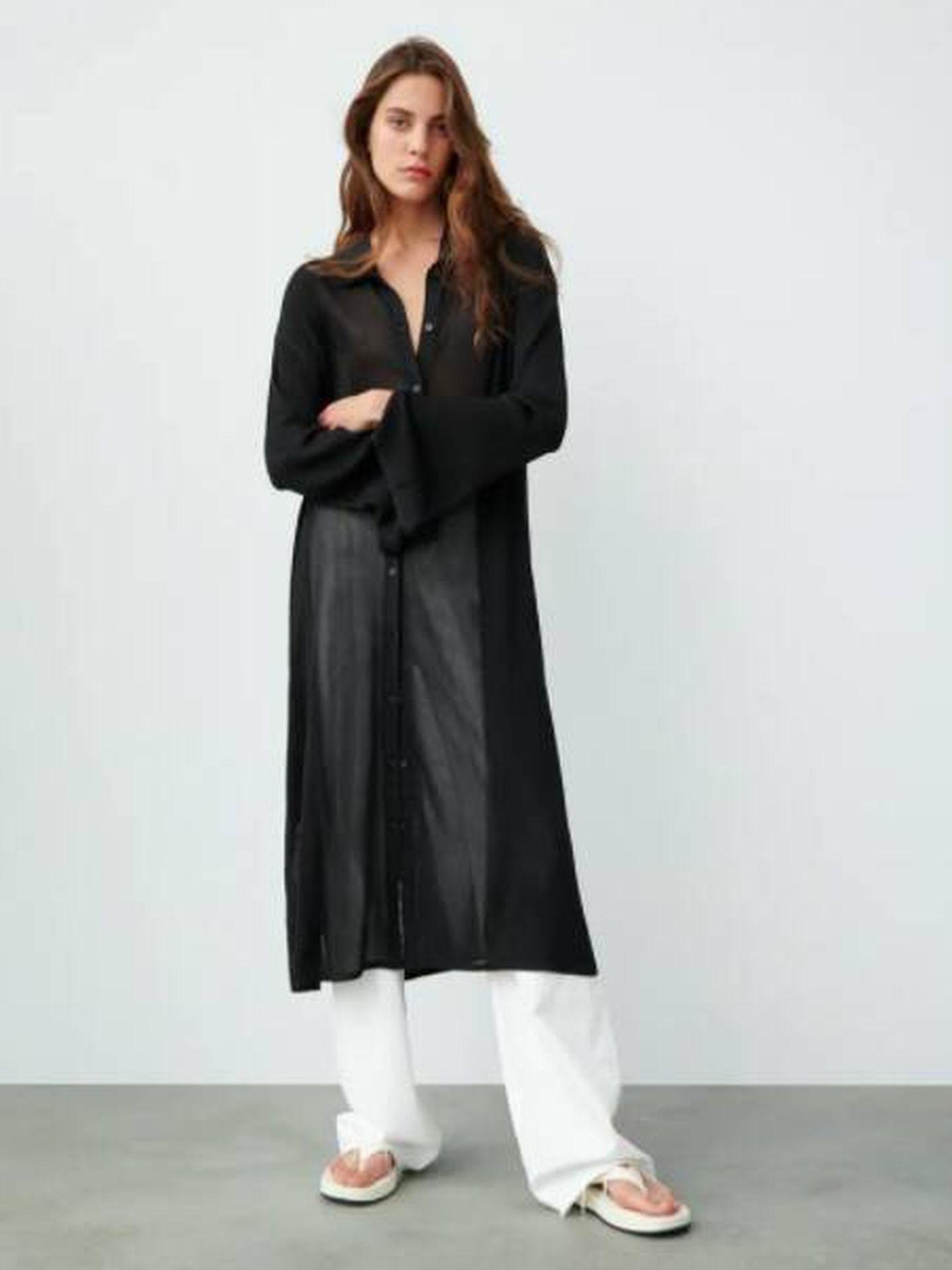 Vestido negro tipo túnica de Zara. (Cortesía)