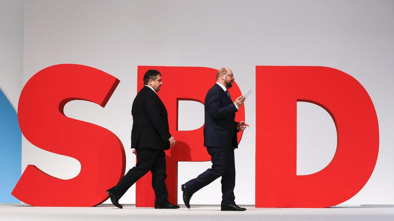 Foto: El líder del SPD Sigmar Gabriel y el Presidente del Parlamento Europeo Martin Schulz durante el congreso del partido en Berlín, en diciembre de 2015 (Reuters)