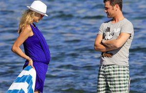 Fonsi Nieto presume de su futura paternidad en Ibiza