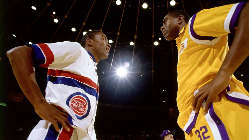 Foto: Magic Johnson e Isiah Thomas antes de un partido entre los Lakers y los Pistons en 1989. (NBAE)