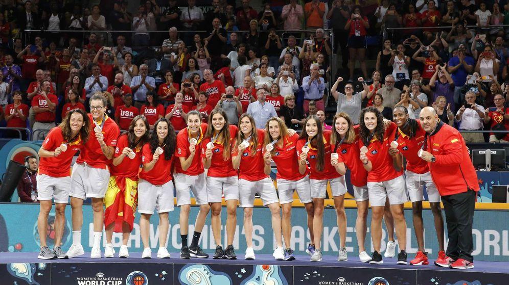 Foto: Las jugadoras españolas y el seleccionador en el podio tras recibir la medalla de bronce de la Copa del Mundo. (EFE)