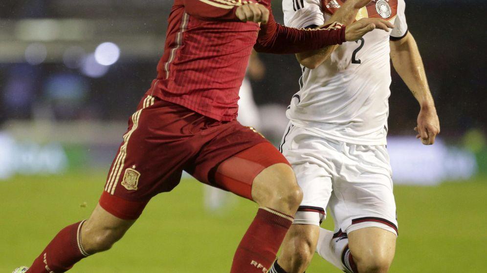 Foto: Morata tratando de superar a Mustafi en un partido entre España y Alemania.