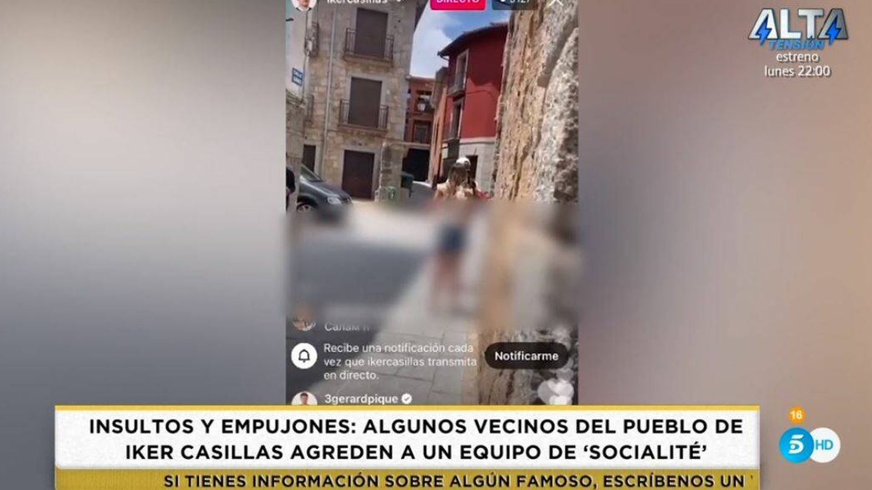 Iker Casillas graba a la reportera de 'Socialité'. (Mediaset España)